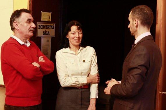 manželia Kunecoví a Jozef Fila (vpravo) pred prednáškou